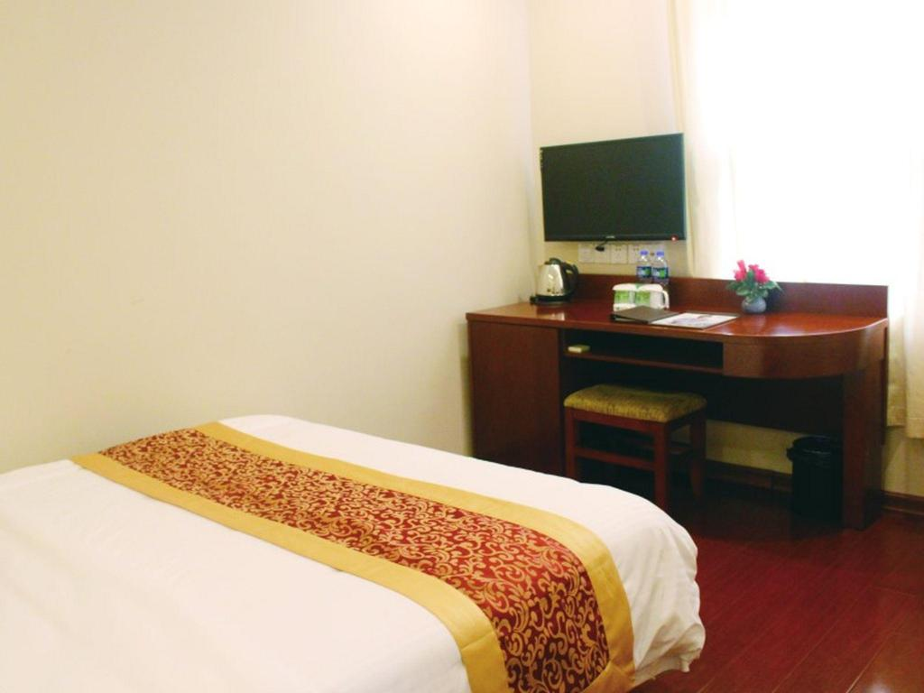 No Window Double Bed - Bed GreenTree Inn Shanghai MinHang ZhuanQiao Subway Station East ZhuanXing Road Shell Hotel