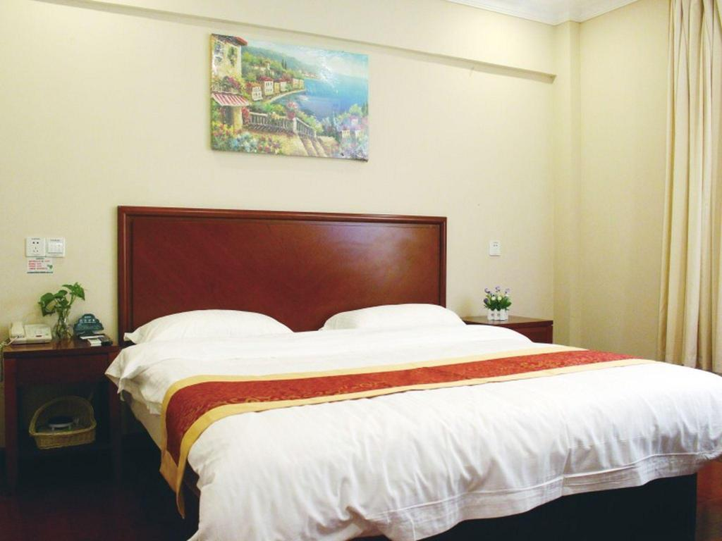 Queen Room - Domestic residents only - Bed GreenTree Inn Shanghai MinHang ZhuanQiao Subway Station East ZhuanXing Road Shell Hotel