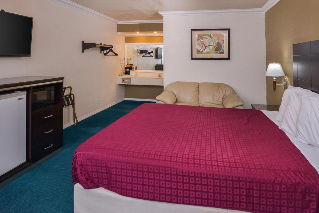 1 King Bed Non-Smoking - Bed Americas Best Value Inn  - Atascadero, CA