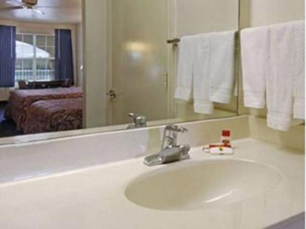 Bathroom Super 8 By Wyndham Greenville