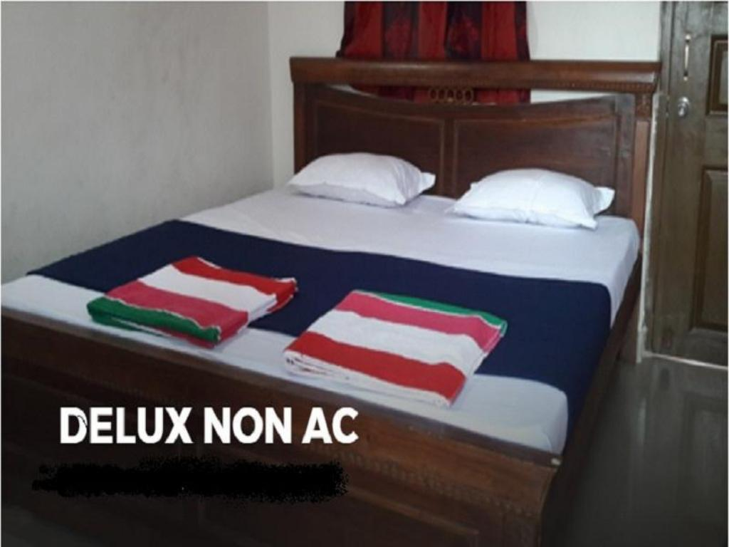 Deluxe Non- Air Conditioning Room - Bed hotel river sand