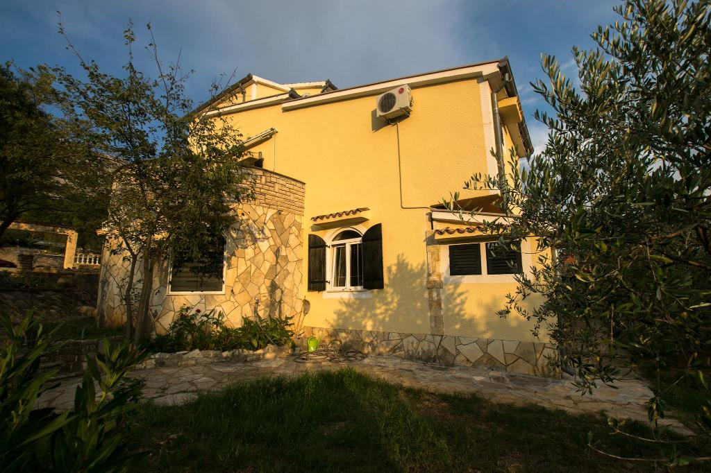 Spacious four bedroom apartment in Paklenica