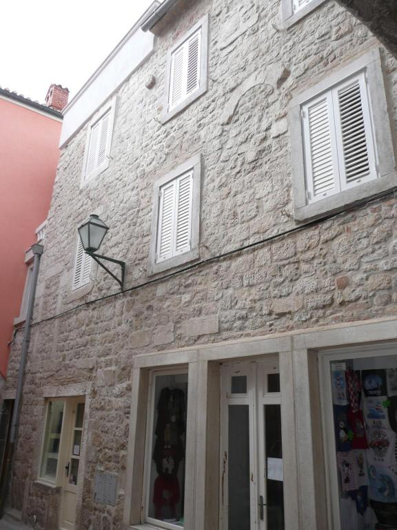 Tasteful two bedroom apartment in Rab