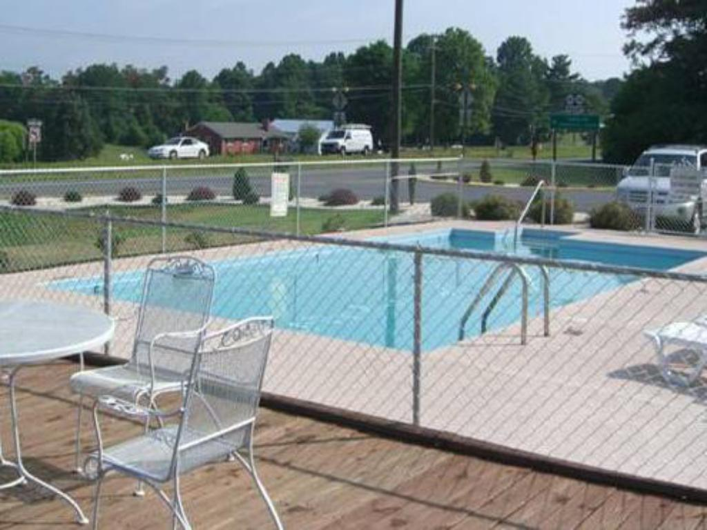 Swimming pool Timberlake Motel