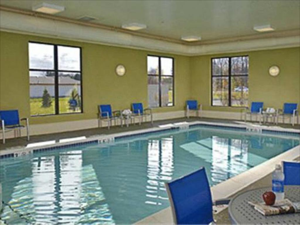 Swimmingpool TownePlace Suites Kalamazoo