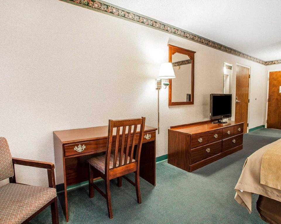 Standard with 1 King Bed - Guestroom Comfort Inn Midway Bethel