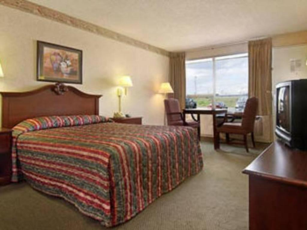 Все фотографии: 18 Red Roof Inn Freehold