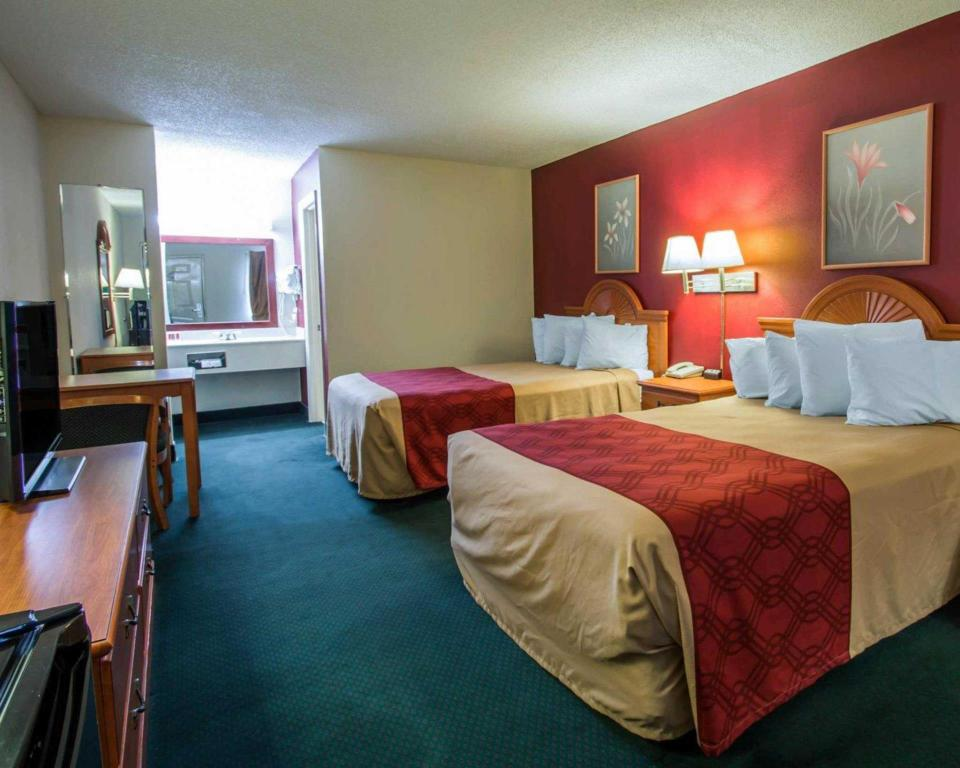 Double with 2 Double Beds - Non-Smoking - Guestroom Travelodge by Wyndham Alachua