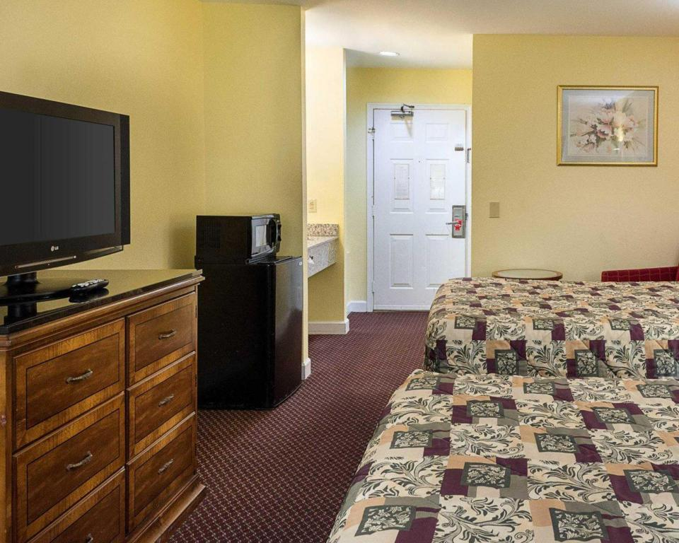 Double with 2 Double Beds - Smoking Econo Lodge Inn and Suites Carrollton Smithfield