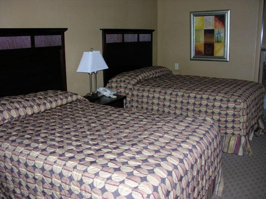 2 Double Beds Nonsmoking - Bed Fortune Inn and Suites Newport