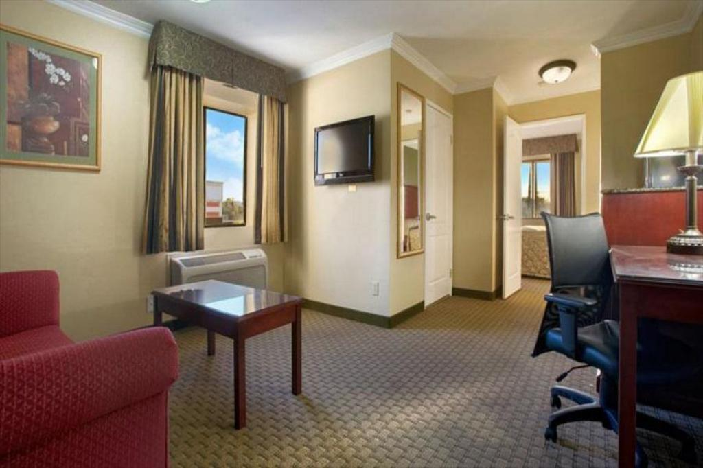Guestroom Howard Johnson Hotel & Suites by Wyndham Reseda