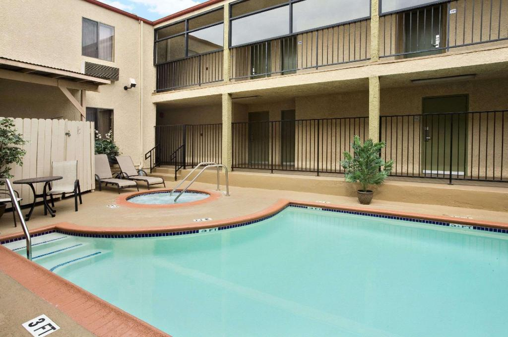 Swimming pool [outdoor] Howard Johnson Hotel & Suites by Wyndham Reseda