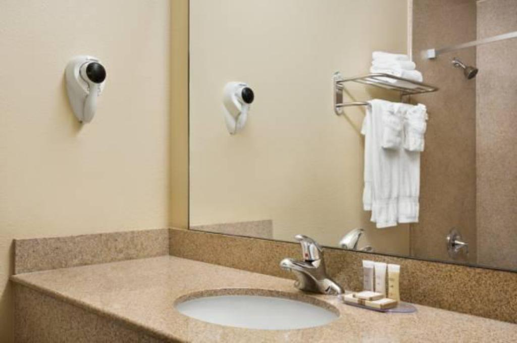 Bathroom Howard Johnson Hotel & Suites by Wyndham Reseda