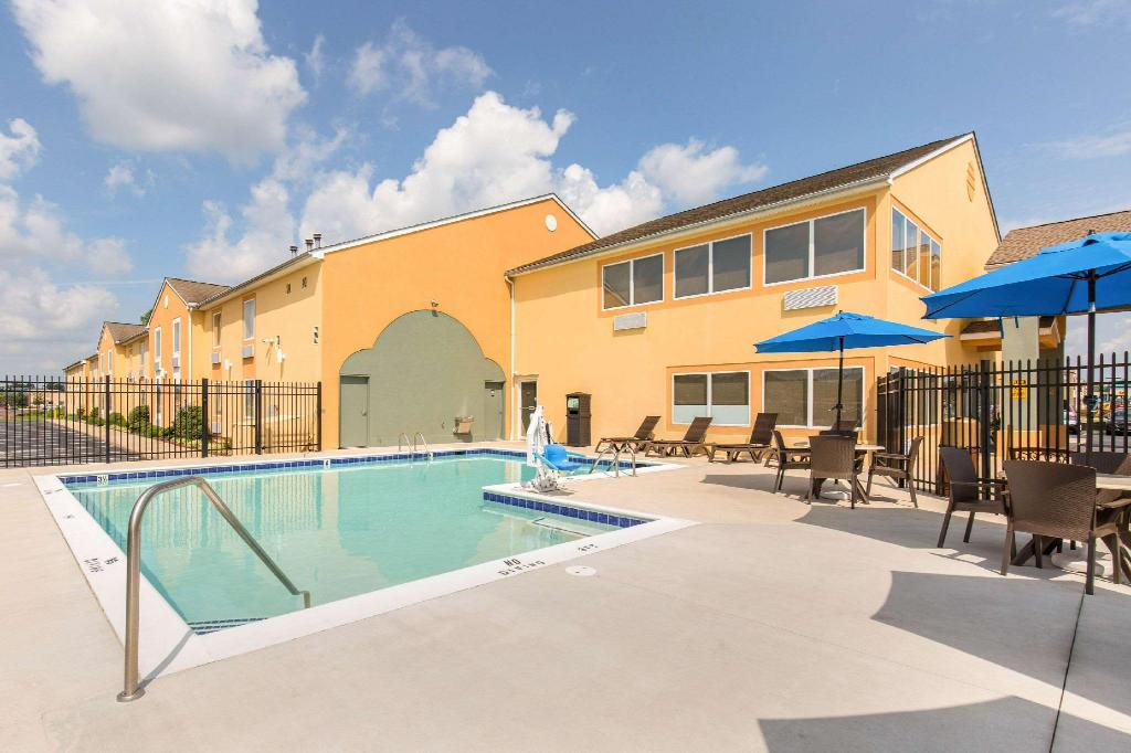 Swimming pool [outdoor] Quality Inn & Suites Georgetown Seaford