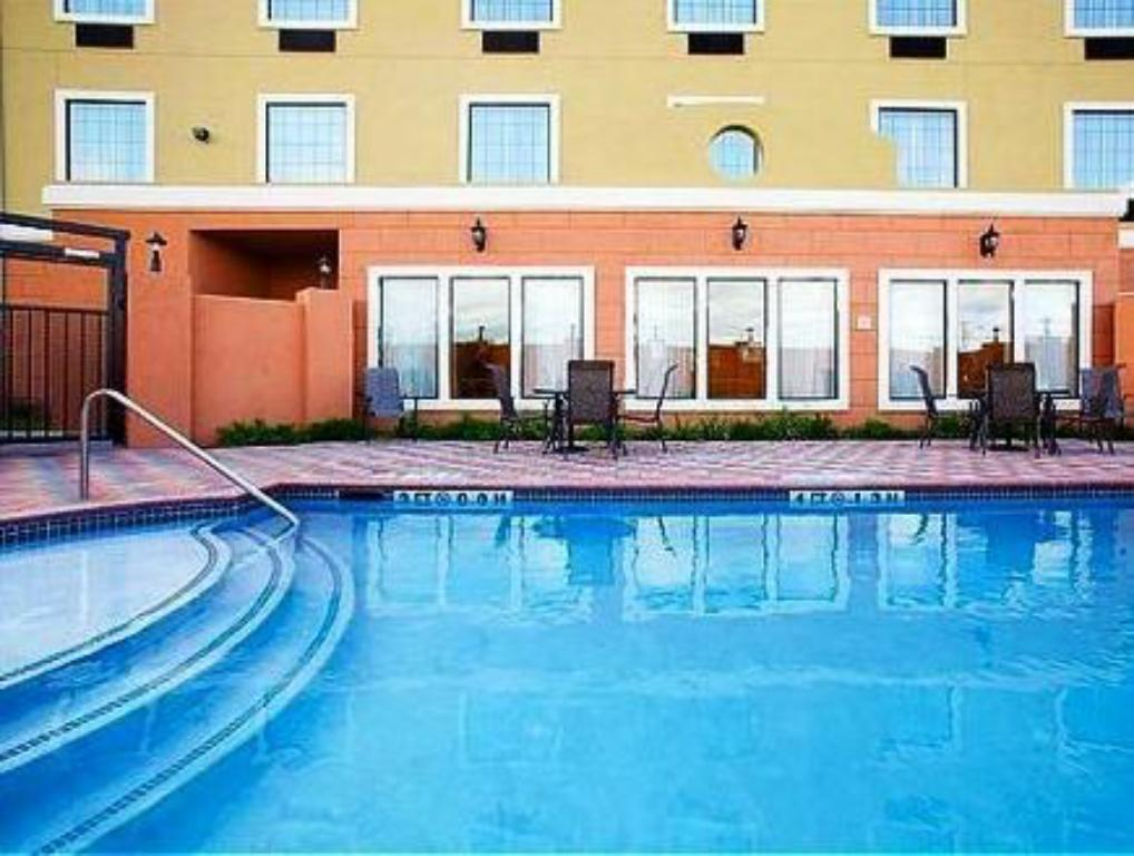 Piscina Holiday Inn Express Hotel & Suites Jourdanton Pleasanton