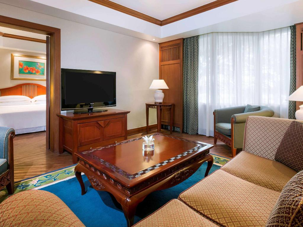 Junior Suite 1 King Bed - Guestroom Bandara International Hotel