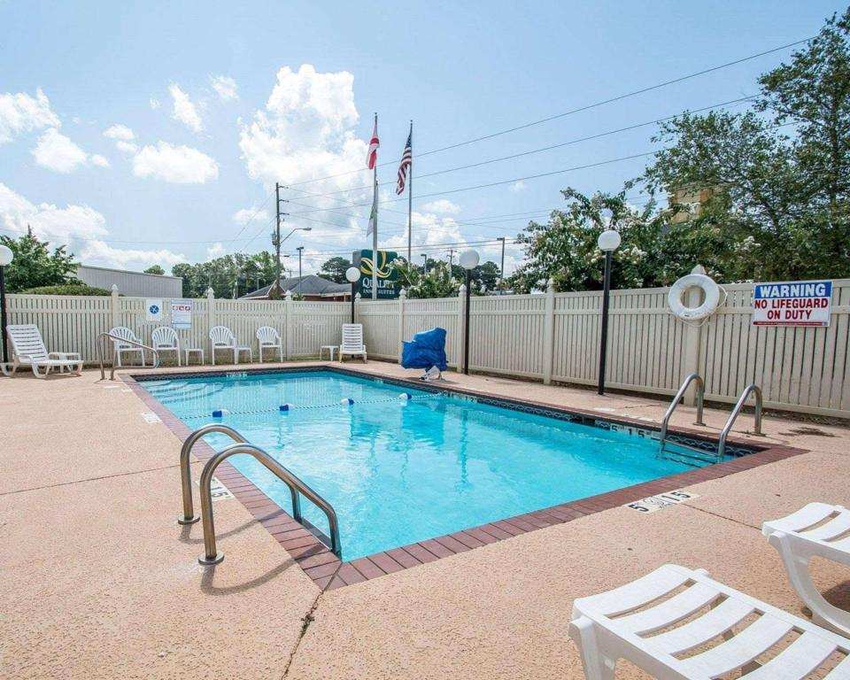 Swimming pool [outdoor] Quality Inn & Suites