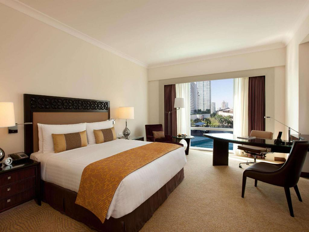 Deluxe King Corner Room Non-smoking - Guestroom Fairmont Makati (With Restrictions)