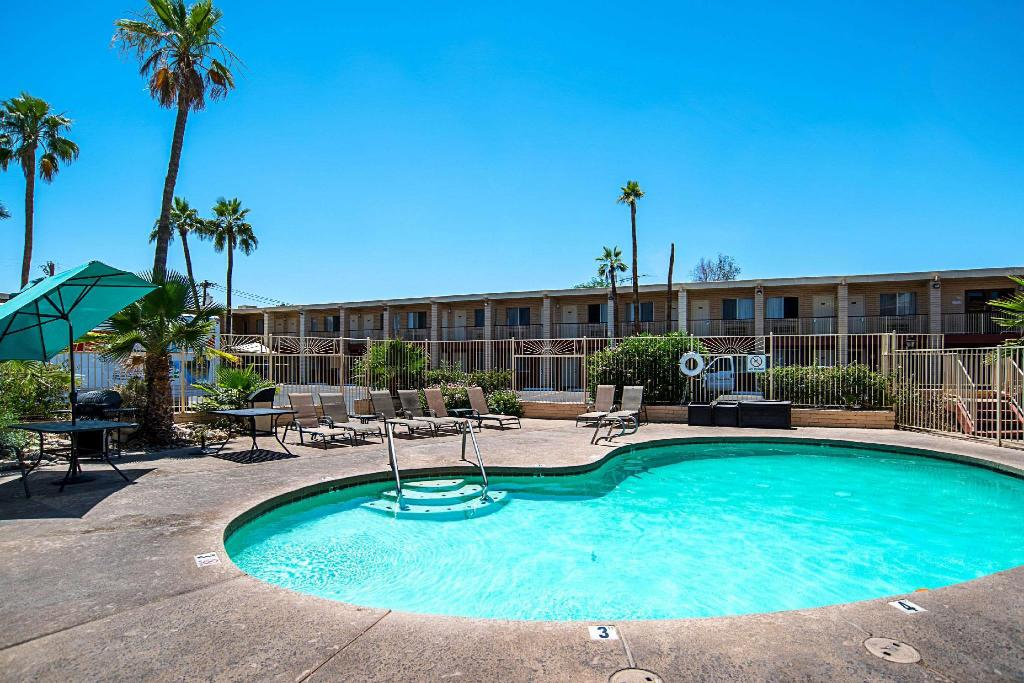 Szabadtéri medence Quality Inn and Suites Phoenix NW - Sun City