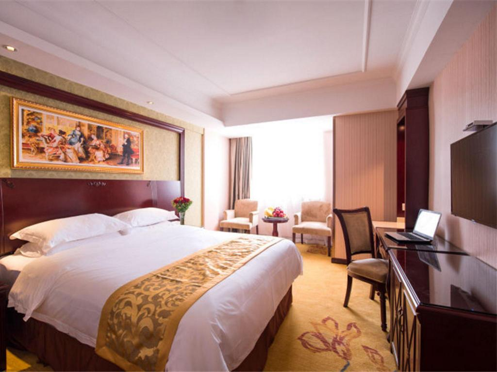 Superior Queensize Bed - Bed Vienna International Hotel SH Jiaoda Humin Rd