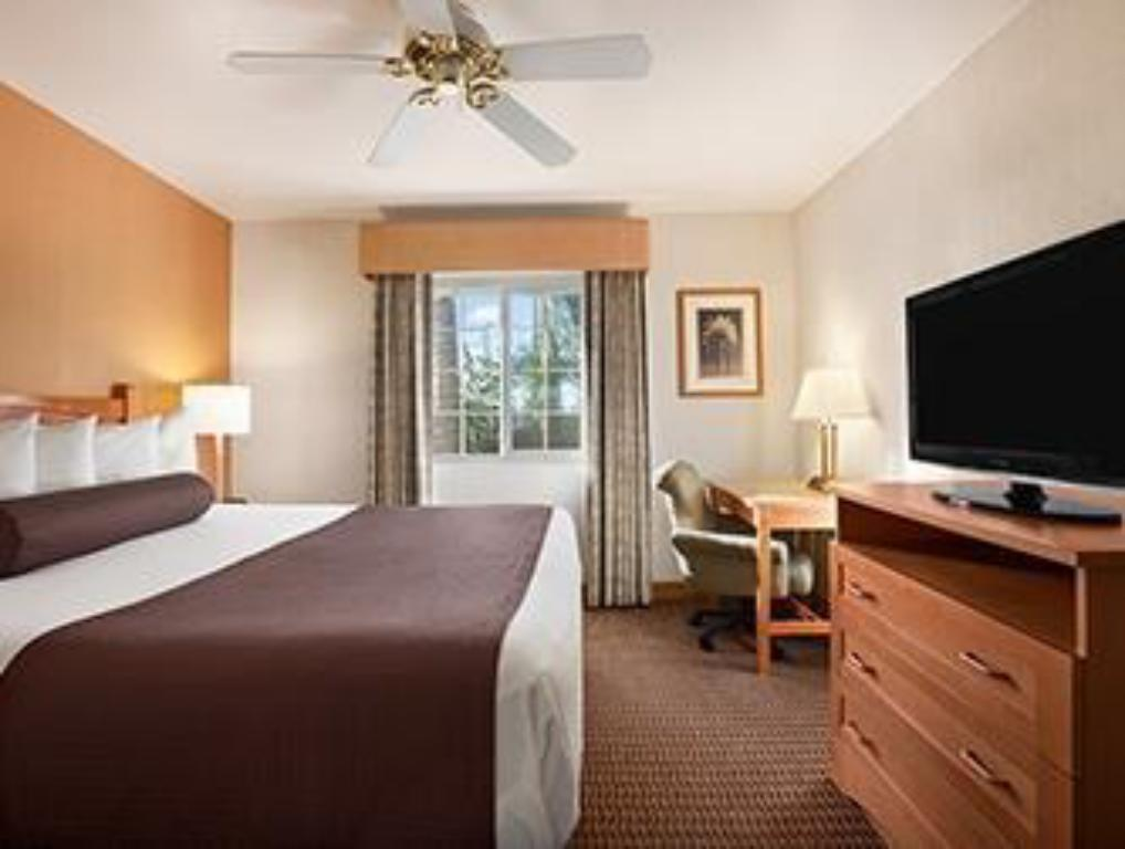 Business King Bed - Guestroom Ramada by Wyndham Costa Mesa/Newport Beach