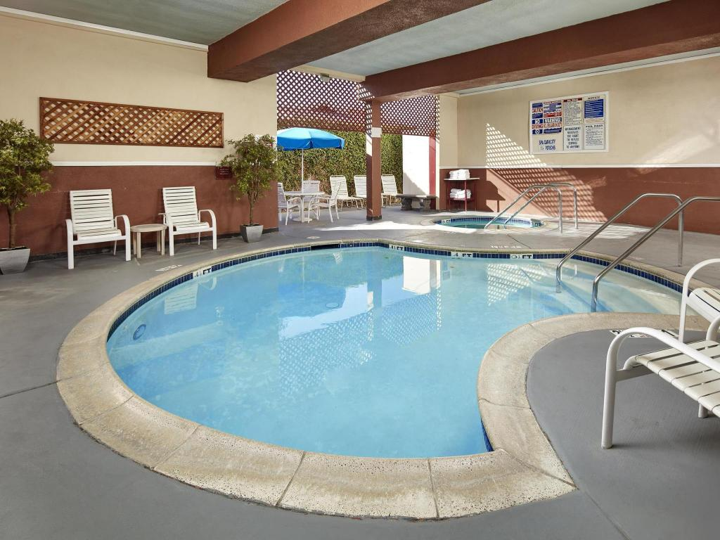 Swimming pool Ramada by Wyndham Anaheim Convention Center