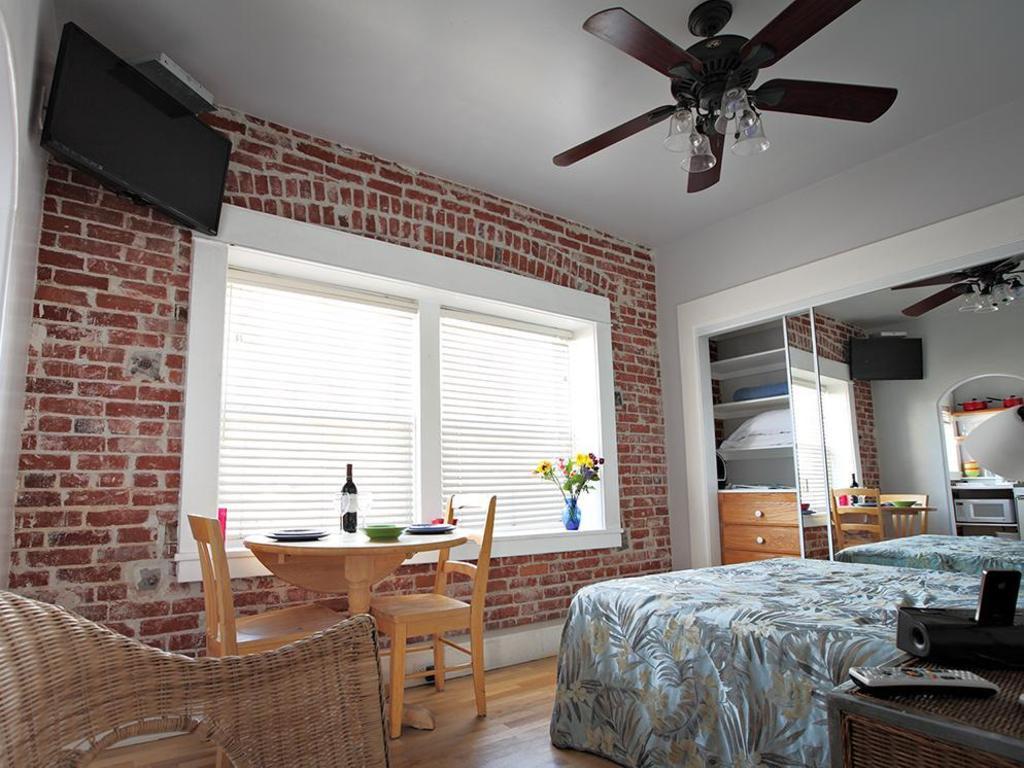 Queen Studio Guestroom Venice Beach Suites And Hotel