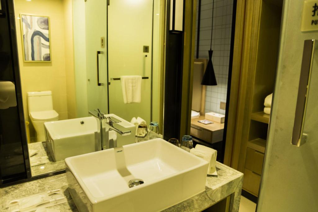 King Size bed room - Bathroom Echarm Hotel Chengdu Kuanzhai Xiangzi Jinxianqiao Branch