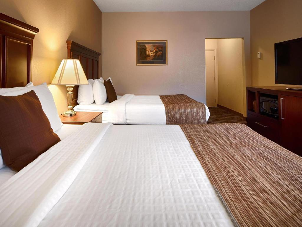 2 postele Queen Best Western Plus Russellville Hotel and Suites
