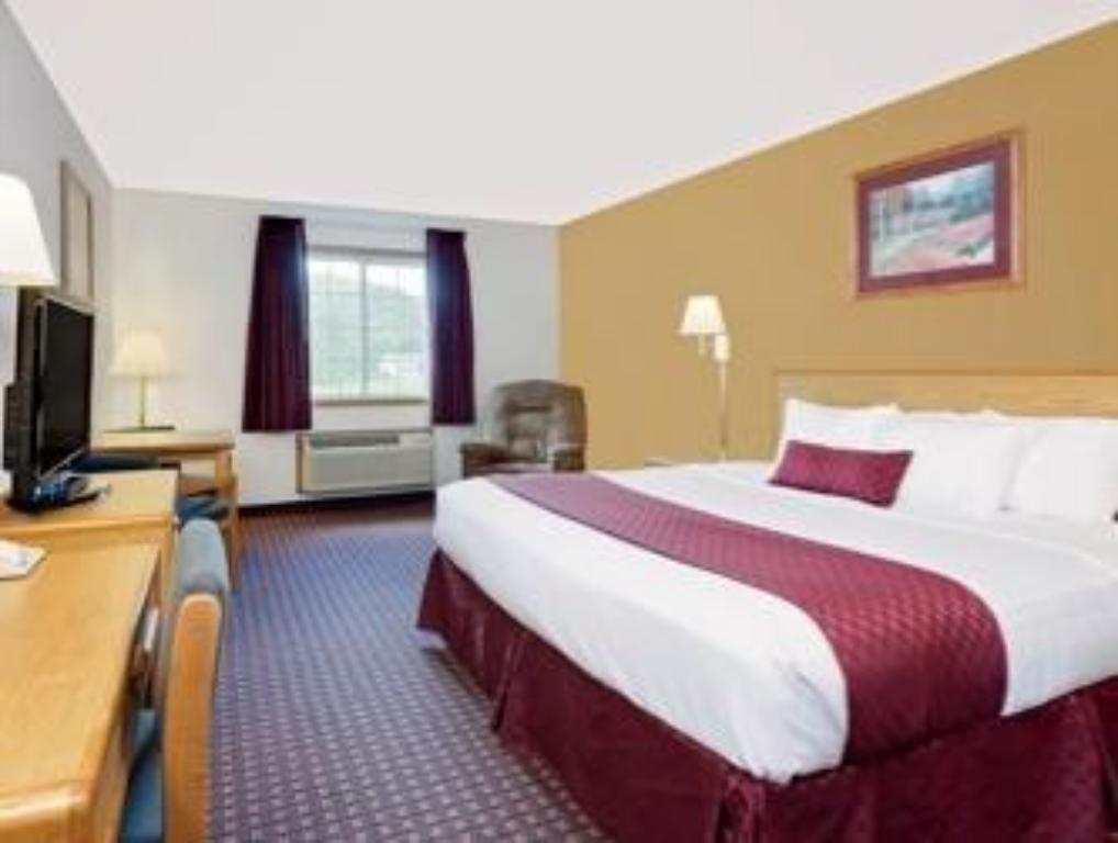 1 King Bed Non Smoking Guestroom Ramada By Wyndham Richland Center