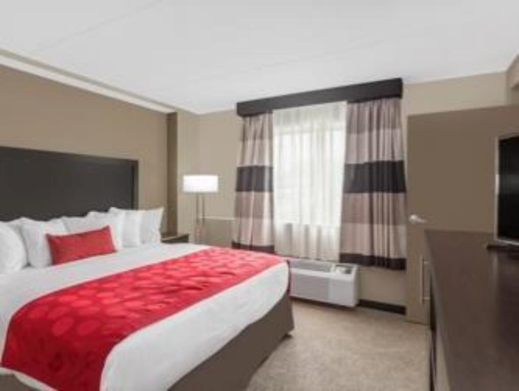 King Room - Non-Smoking - Bed Ramada by Wyndham Des Moines Airport