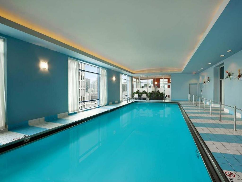 Swimming pool Hilton Chicago Magnificent Mile Suites