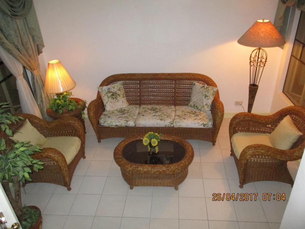 Vista Interior Gorgeous Tagaytay Townhouse