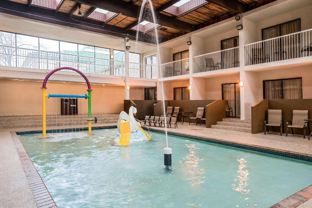 Piscina Ramada Hotel & Conference Center by Wyndham Plymouth