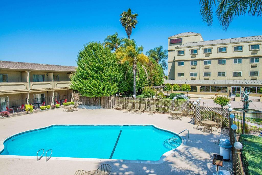 Swimming pool [outdoor] Ramada by Wyndham West Sacramento Hotel and Suites