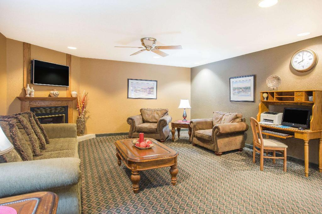 Lobby Ramada by Wyndham Spirit Lake/Okoboji