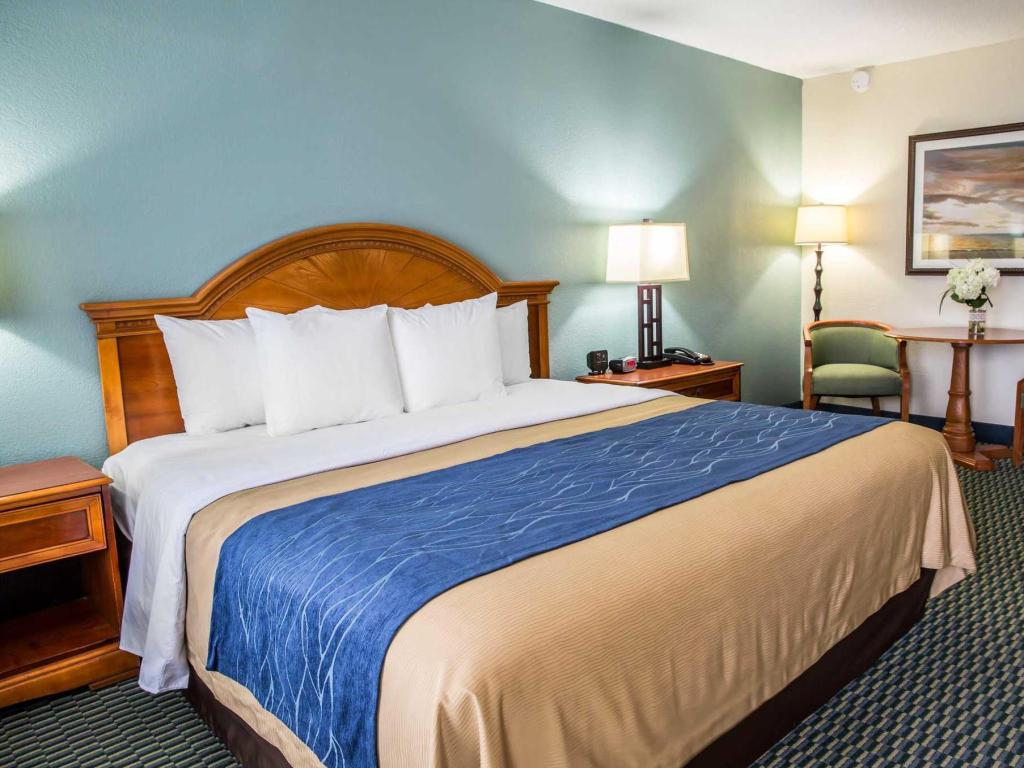King Bed Room - Bed Comfort Inn On the Ocean