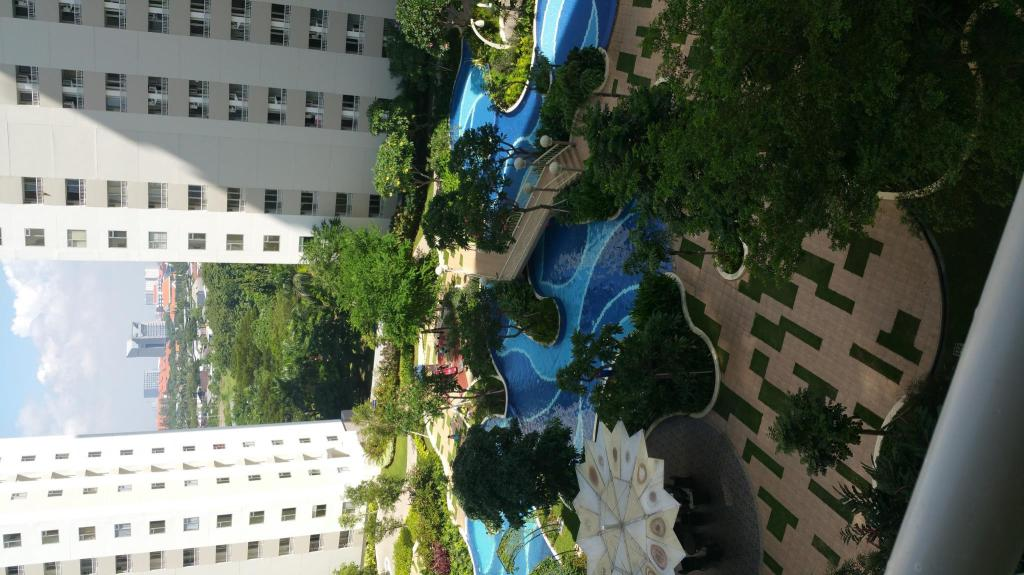 piscina [exterior] 2 BR Corner Harvard Tower 1 at Educity Apartment by IPR