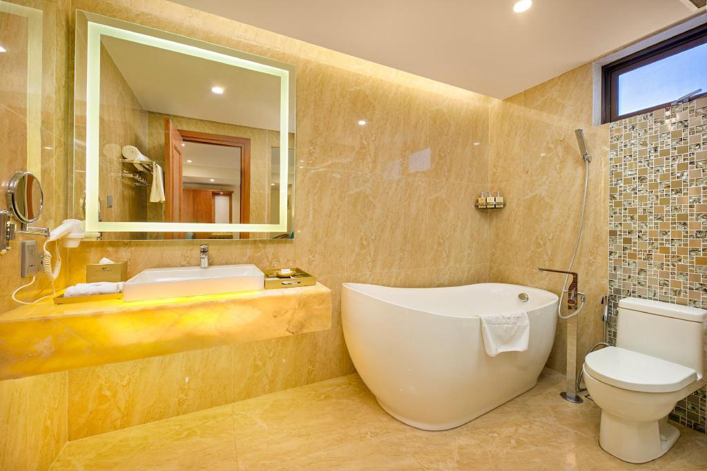 Deluxe Twin - Bathroom Mandila Beach Hotel DaNang