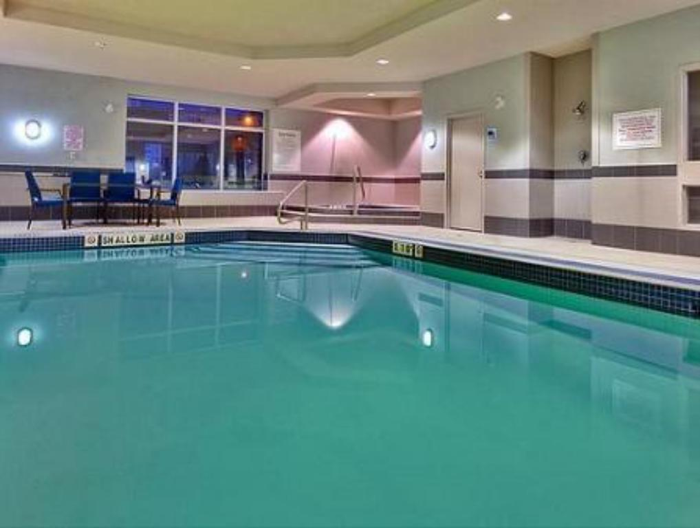 Swimming pool Holiday Inn Express Newmarket