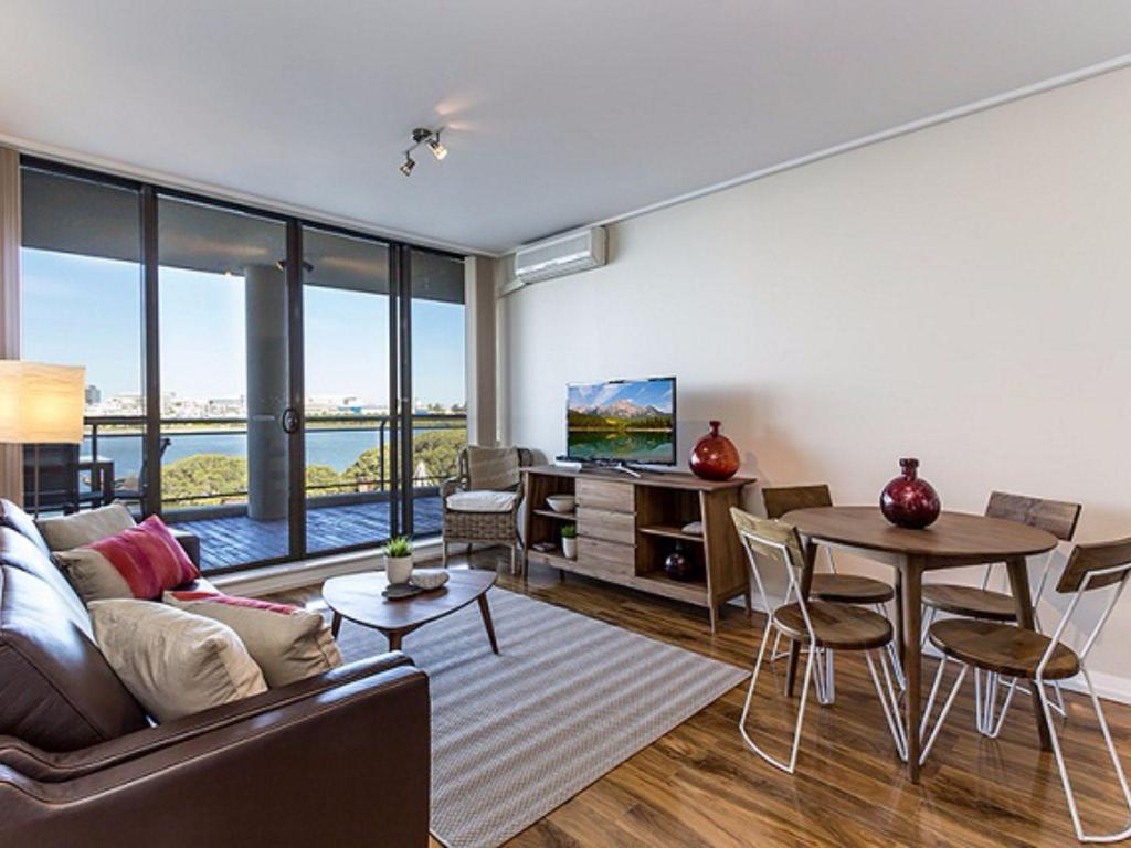 Breakers View, 2 Bedroom Unit with Great Waterview