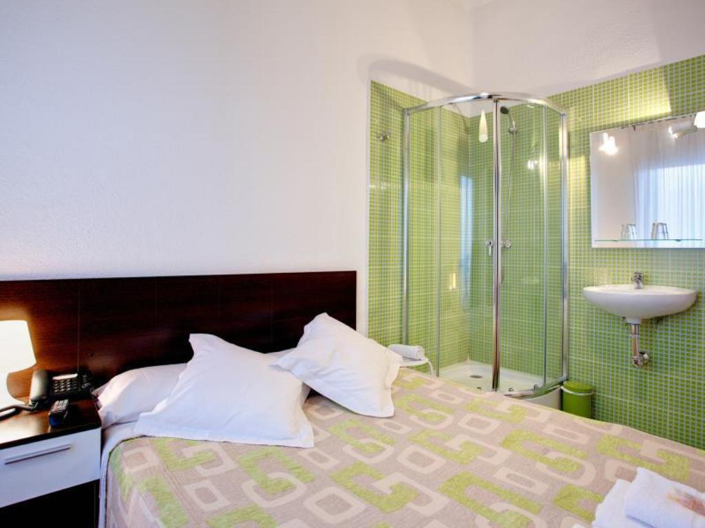 Double with Shared Bathroom - Bed Hostal Besaya