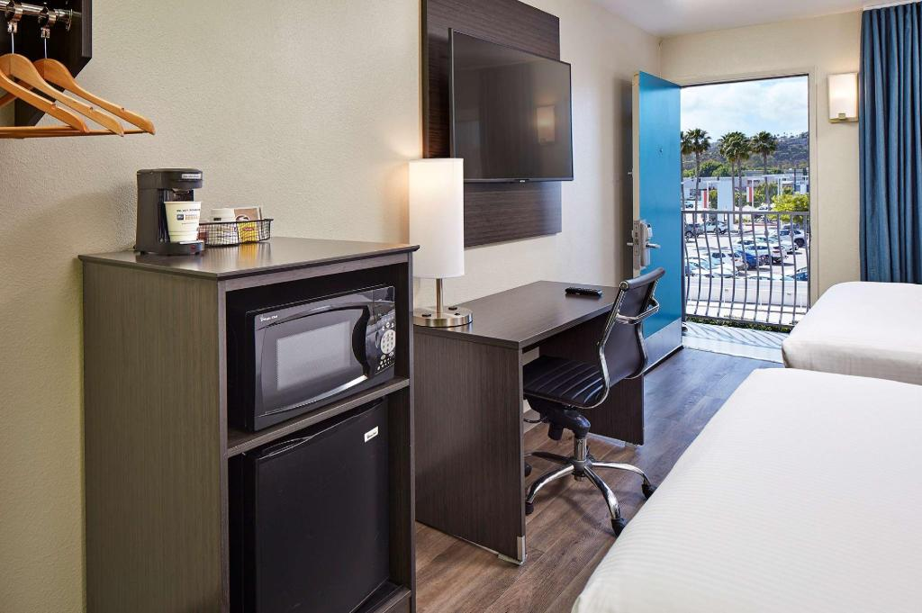 2 Queen Bed Non-Smoking - Guestroom SureStay Hotel by Best Western San Diego Pacific Beach