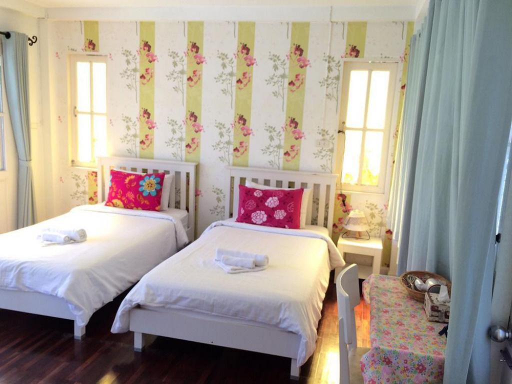 Lovely Room with 2 Single Beds - Bed
