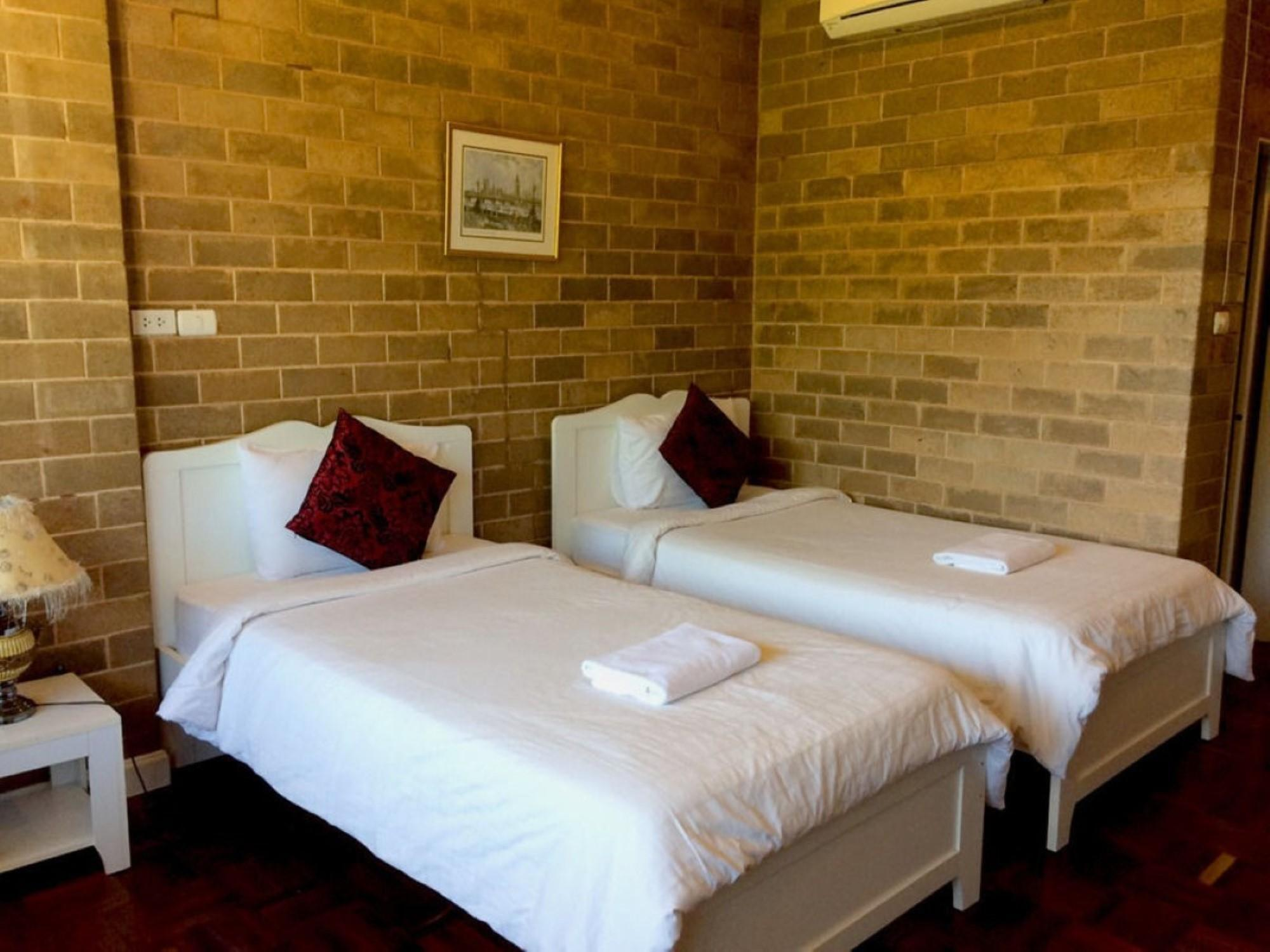 Honey Room with 2 Single Beds