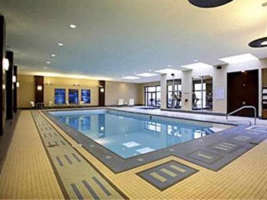 Swimming pool Calgary Marriott Downtown Hotel