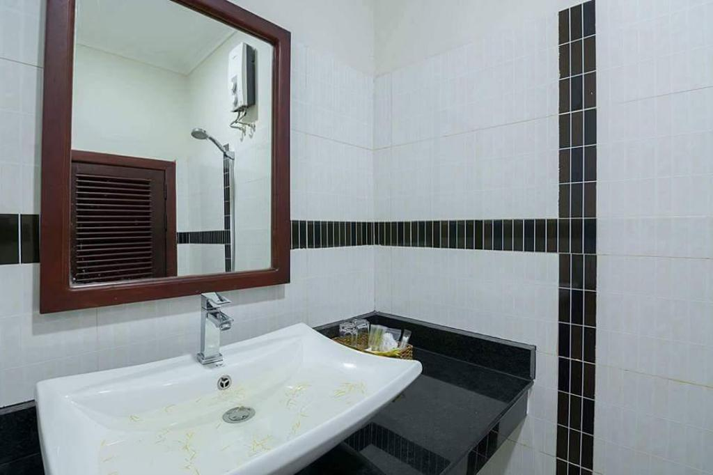 Deluxe Double - Bathroom Angkor Indratevi Boutique