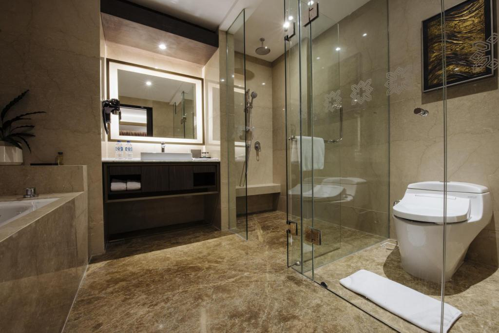 Suite with City View - Bathroom