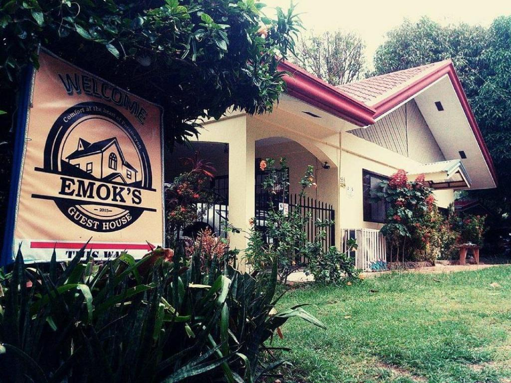 Entrance Emok's Guest House