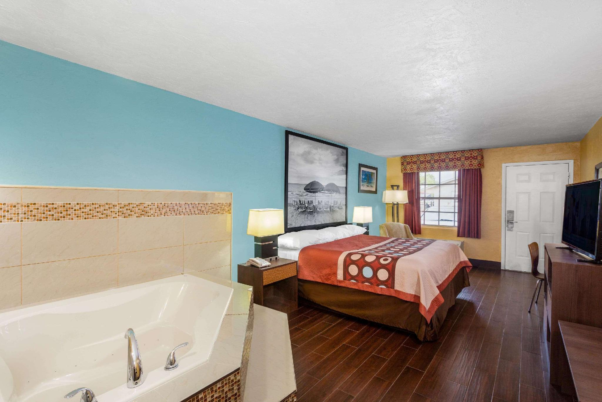 1 King Bed, Jacuzzi Studio Suite, Non-Smoking